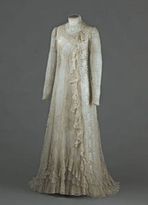 (Not scratched - Anonymous) . Tea- gown ( formal dress for intimate gatherings ) of Rejane ( Gabrielle Charlotte Réju , called , 1856-1920 ) . white cotton voile , lace mechanical cotton white , in-between mechanical lace white cotton , white embroidery with floral ( roses) . 1898-1899 . Galliera Fashion Museum of the City of Paris .